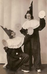 Věra Radová a Božena Greová jako Paňáci na akademii v roce 1934